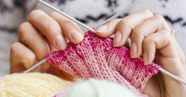 Как правильно держать спицы и нить при вязании