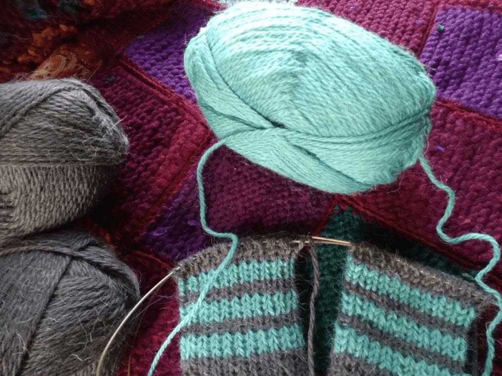 Для одновременного вязания полосочек на двух носках вытаскиваю вторую нить из середины мотка.