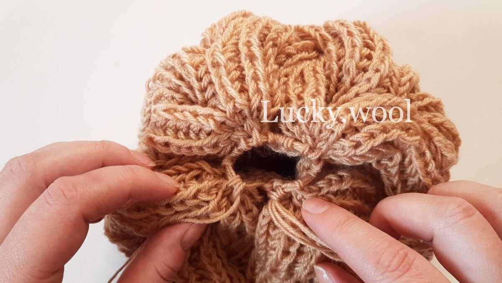 Вяжем шапку «Жгуты из пышной резинки» спицами