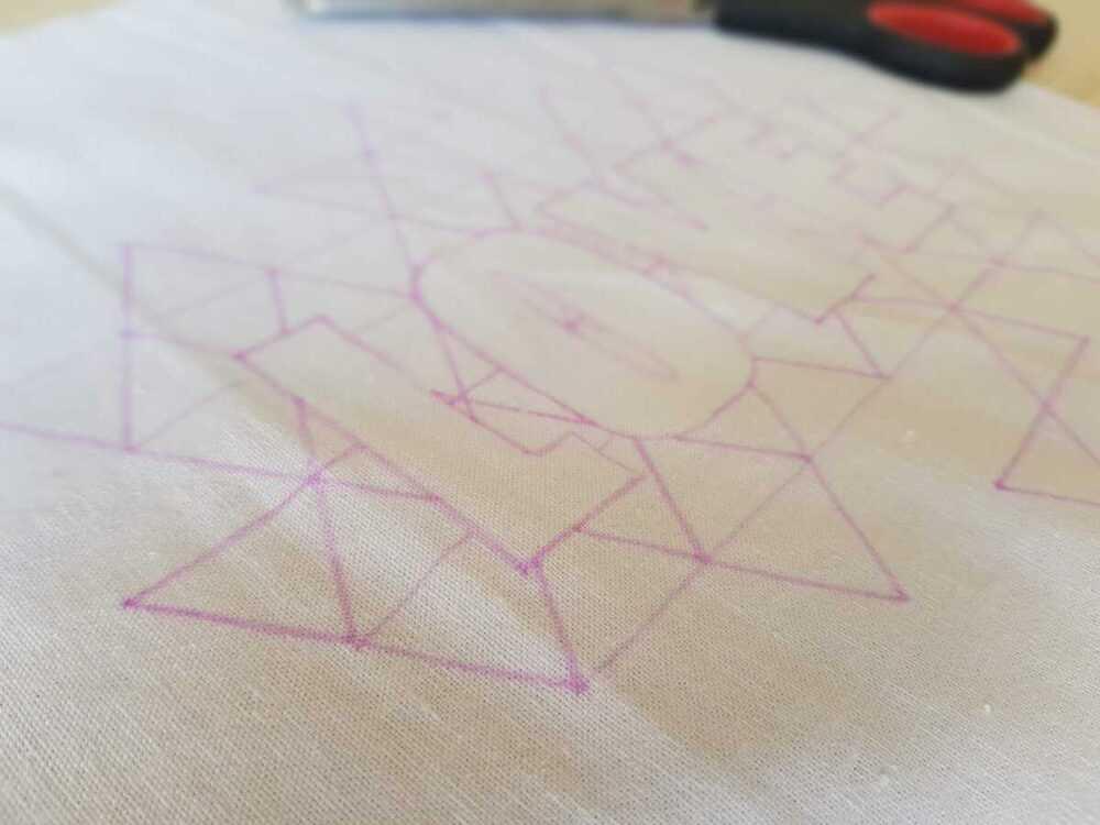Вырезаем деталь кармана (30*34 см). Подкладываем под ткань технический рисунок вышивки и переносим его на ткань с помощью исчезающего маркера.