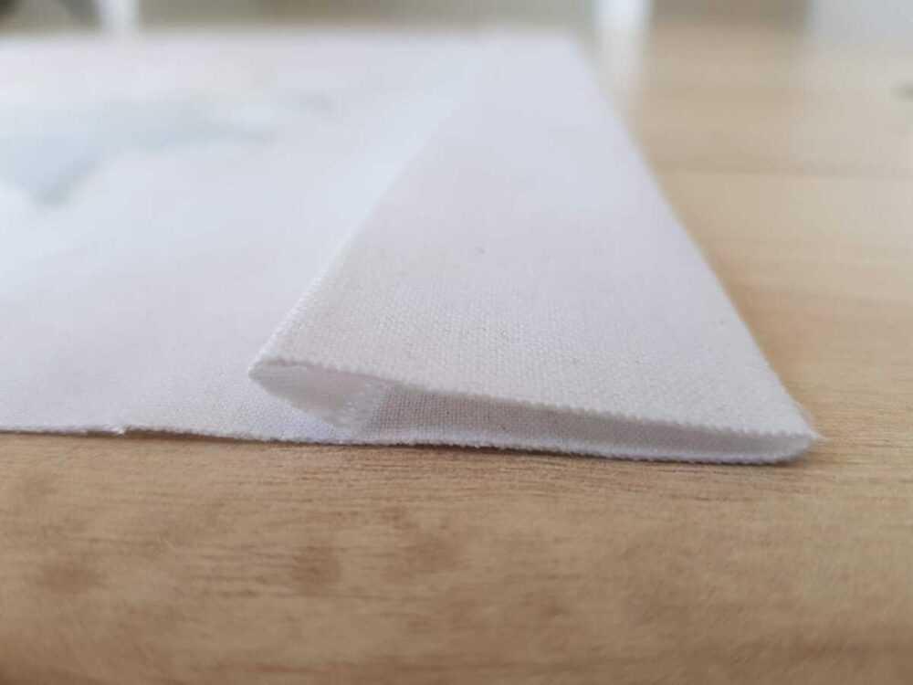 Фиксируем утюгом верхний срез кармана: подгибаем 1 см и еще 4 см.