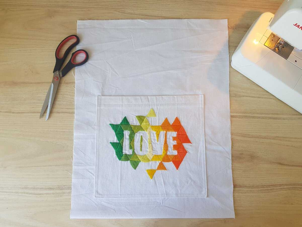Складываем основу сумки пополам изнанка к изнанке. В таком виде сшиваем боковые стенки сумки.