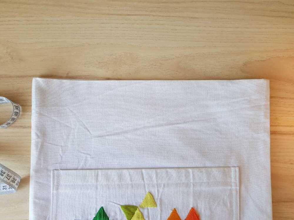 Верхний срез сумки подгибаем во внутрь на 1 см, затем на 4 см. Фиксируем утюгом.