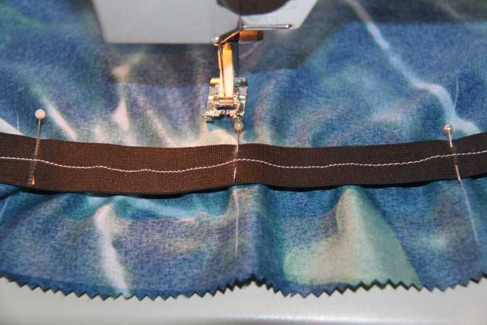Как пришить широкую резинку в цельнокроенном поясе так, чтобы она не перекручивалась при ношении
