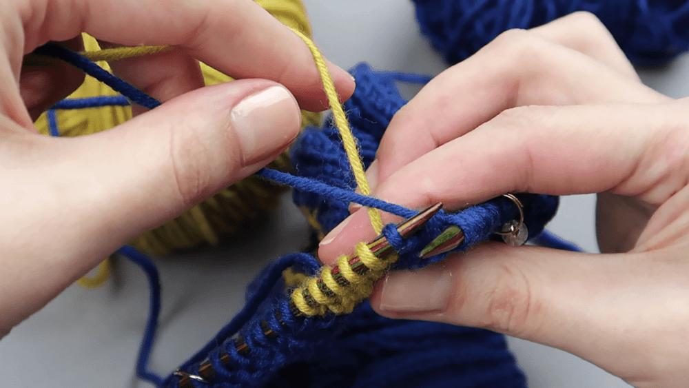Смена нитей при вязании интарсией
