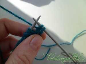 Двойная (полая) резинка. Двойная резинка, набранная контрастной нитью. Следующую петлю снимаем не провязывая.